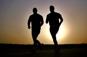 biegacze-zachod-slonca-bieg-maraton